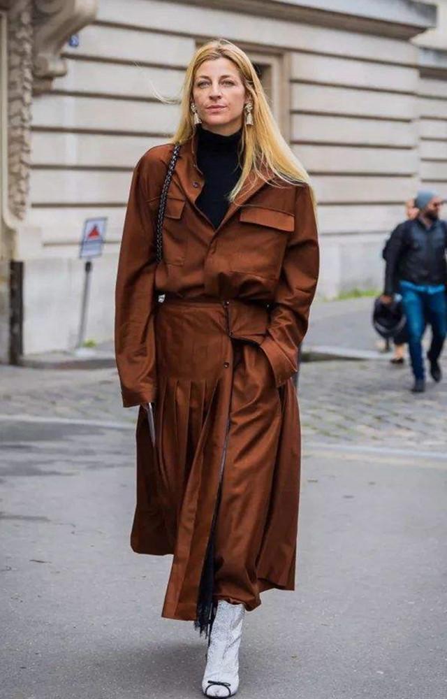 女人50歲以後,少穿黑白灰!多穿這個「年輕色」,時髦減齡又高級